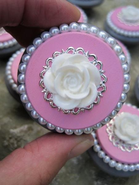 Pomello per camera da letta con rosa bianca e perline argentate