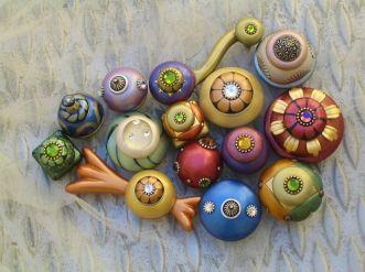 Pomelli con tarsie centrali e pietre trasparenti colorate