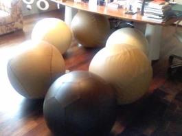 In marrone, rivestimento della palla ispirata a quella da calcio