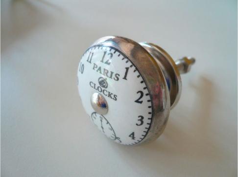 Pomello in ceramica bianca con orologio disegnato