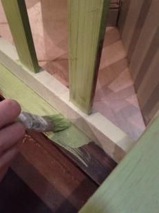 prima mano mentre dipingo i contorni della seduta con il contenitore