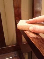 Prima fase: scartavetrare il mobile per togliere il lucido della vernice protettiva